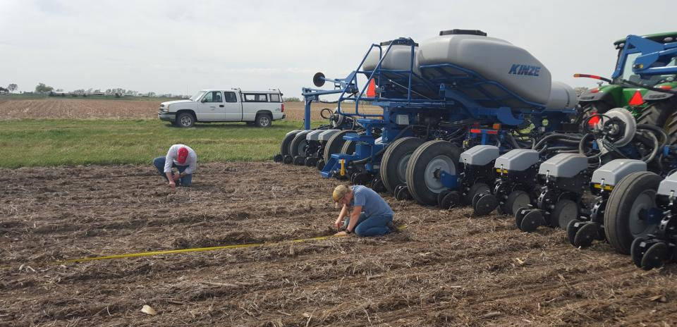 Checking seed placement of a multi-hybrid planter
