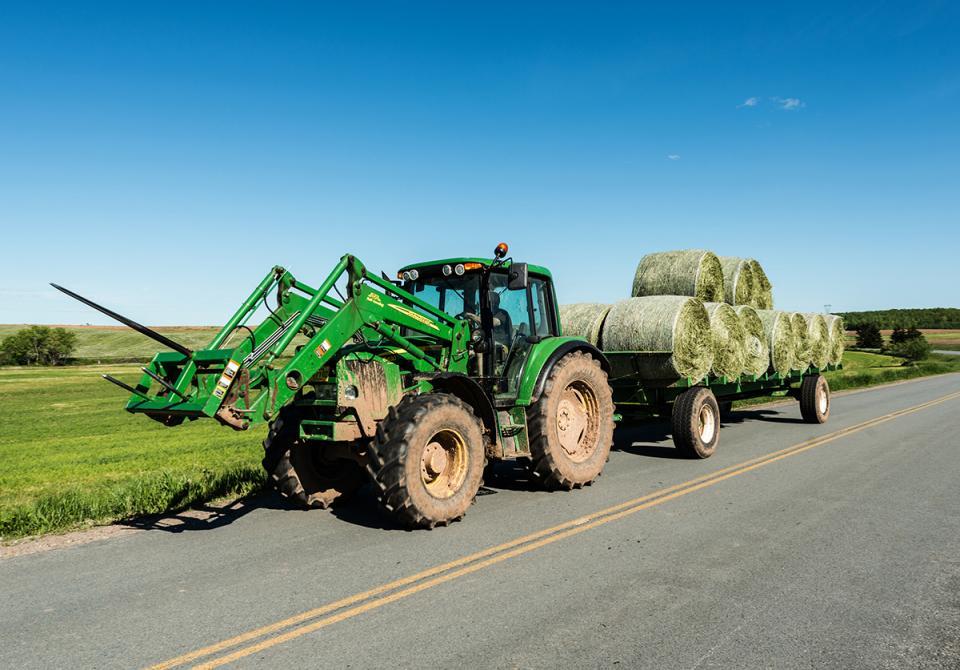 Transporting round hay bales